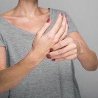 Comment arrêter le tremblement des mains?
