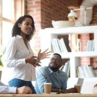 Comment parler en public sans trembler de stress?