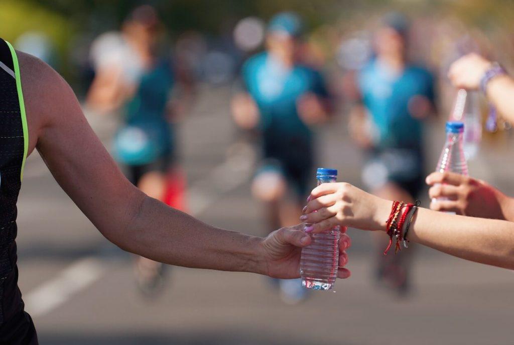 Comment s'hydrater correctement pendant une course
