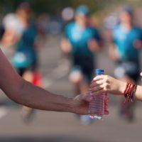 Comment s'hydrater correctement pendant une course?
