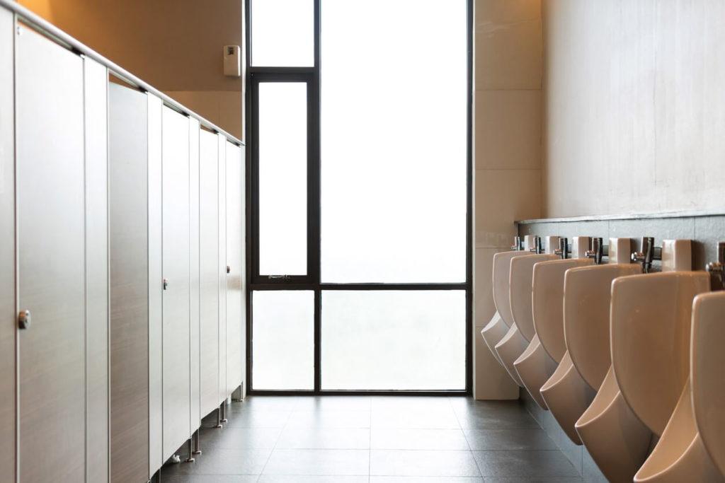 Comment vaincre la honte d'aller aux toilettes chez les autres