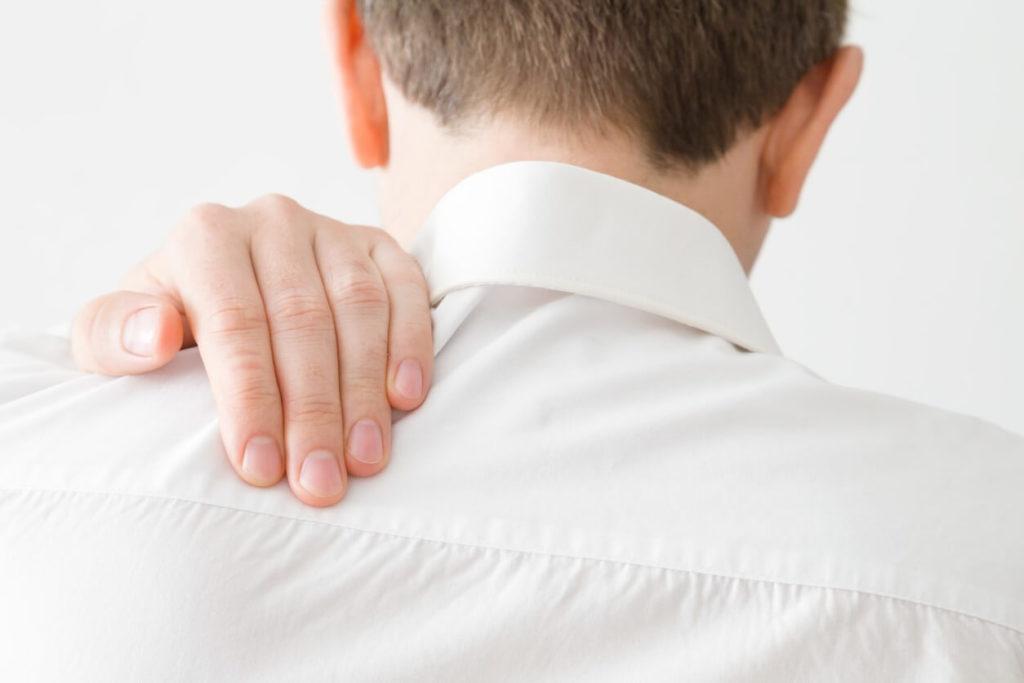 Point douloureux dans le dos entre les deux omoplates