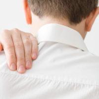Point douloureux dans le dos entre les deux omoplates: que faire?
